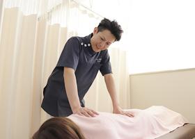 産後骨盤矯正の施術風景