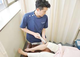 膝痛の施術風景